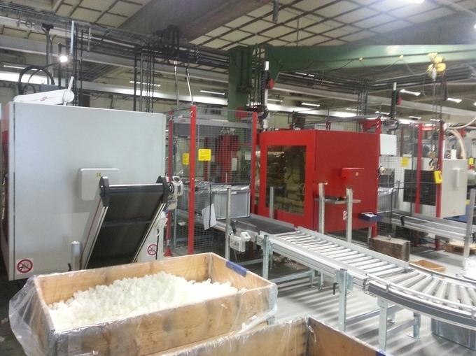 Formsprutning av plastdetaljer i en av MPV formsprutningsmaskiner