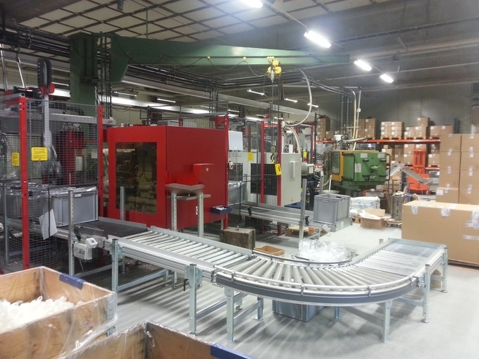 Formsprutor producerar plastdetaljer i maskinpark